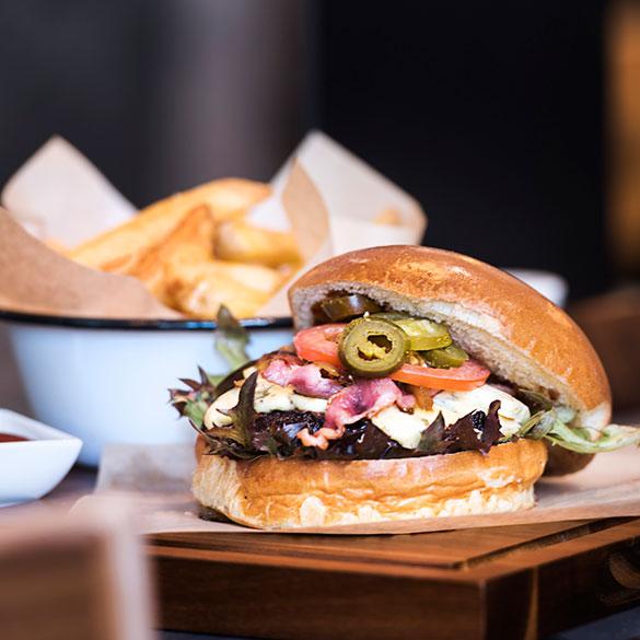 Herr-Klaus-Das-Restaurant-Homemade-Burger